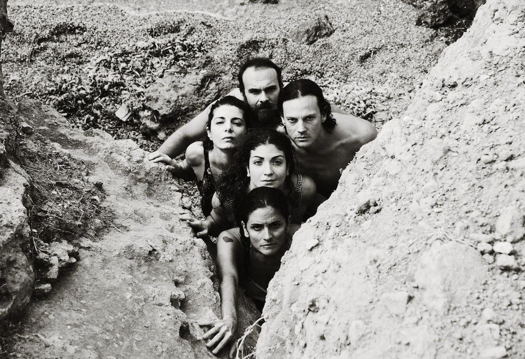 """Η ομάδα Elephas tiliensis υποψήφια για το Βραβείο Δραματουργίας Κάρολος Κουν για την παράσταση """"Αλεξάνδρεια"""" που παρουσιάστηκε στο Θέατρο Τέχνης σε σκηνοθεσία των συγγραφέων Δημήτρη Αγαρτζίδη και Δέσποινας Αναστάσογλου"""