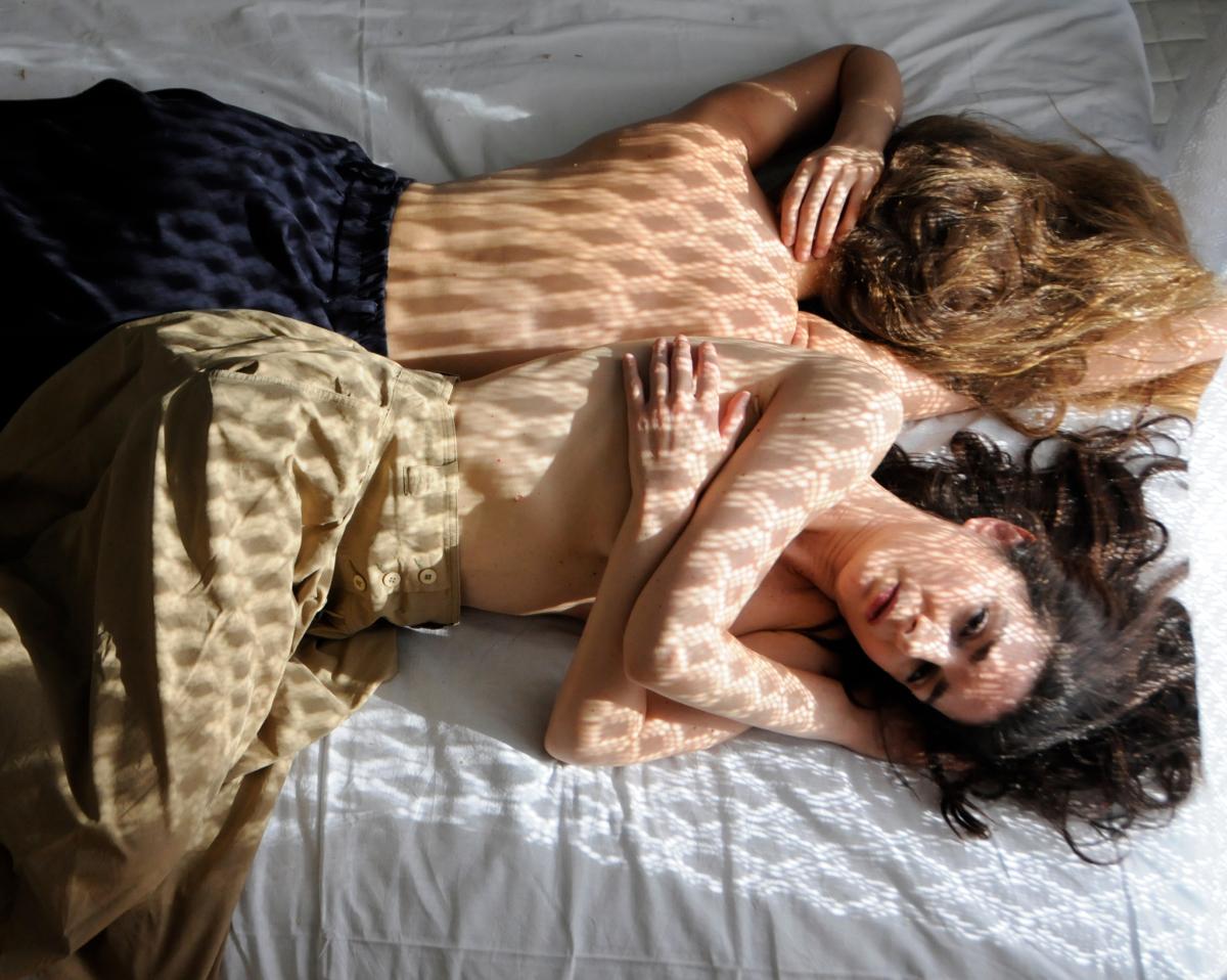 Είδαμε την «Persona» στο Θέατρο του Νέου Κόσμου | Όλο το «στοίχημα» της παράστασης λοιπόν πέφτει στην σκηνοθεσία γύρω από την σχέση των δύο γυναικών.  Αριστουργηματική! Έχει αμείωτο ρυθμό και προσπαθεί να αναδείξει πολλές διαφορετικές ιδέες γύρω από αυτό που διαδραματίζεται στα μάτια μας. Οι δύο ηθοποιοί δίνουν ξεχωριστές ερμηνείες σ' ένα τόσο απαιτητικό έργο. Όσο κυλά η παράσταση μας παρασέρνουν στον όλεθρο της ταύτισης μεταξύ τους και τις συνέπειες που εμπεριέχει αυτός. Αποκορύφωμα η τελευταία σκηνή. | Ο Διονύσης Αναλυτής είδε την παράσταση καιγράφει στο dudukatheater.gr