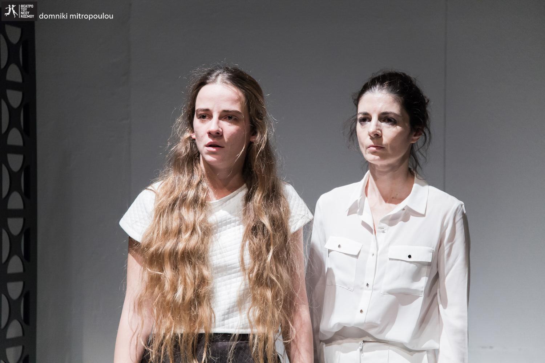 """Συνέντευξη στη Μαρία Δουκάκη και στο Artic.gr. """"Οι ερμηνεύτριες του έργου, Βίκυ Κατσίκα και Δέσποινα Κούρτη, υπήρξαν πολύ ομιλητικές προς τέρψιν της υποφαινόμενης και επικοινωνούν μέσω του Artic.gr με τον πιο ενδιαφέροντα τρόπο την παράσταση που σκηνοθέτησαν, μετέφρασαν και επεξεργάστηκαν οι σταθεροί ενορχηστρωτές των Elephas Tiliensis, Δημήτρης Αγαρτζίδης και Δέσποινα Αναστάσογλου. Βergman, λοιπόν, στο Θέατρο του Νέου Κόσμου για να δει κανείς τους Elephas Tiliensis να κάνουν αυτό που έχουν δείξει να ξέρουν καλά: μέσα από τη θεατρική τέχνη να προβαίνουν μαζί με τους θεατές στη μύχια καταβύθιση που ανασύρει την αλήθεια μέσα από το επί σκηνής ψέμα."""""""