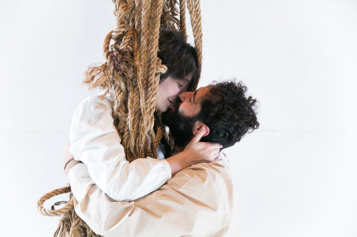 «Βοσκοπούλα» Την παράδοση που θέλει την ποιμενική δραματουργία να τροφοδοτεί καλές παραστάσεις συνεχίζουν ο Δημήτρης Αγαρτζίδης και η Δέσποινα Αναστάσογλου. Βασισμένοι στο έργο-γέννημα της λαϊκής Κρήτης αφηγούνται με περισσή τρυφερότητα τον τραγικό έρωτα του νεαρού βοσκού για μια πανώρια βοσκοπούλα. Αξιοποιώντας ευρηματικά το στενάχωρο Δώμα του Θεάτρου του Νέου Κόσμου επενδύουν στην εικαστική λιτότητα, την έντονη σωματικότητα, αναδεικνύουν τον ήχο της κρητικής διαλέκτου και μέσα από αυτές τις επιλογές καθοδηγούν υποδειγματικά τους πρωταγωνιστές τους Πηνελόπη Τσιλίκα και Γιώργο Παπανδρέου | Από τη Στέλλα Χαραμή στο documentonews