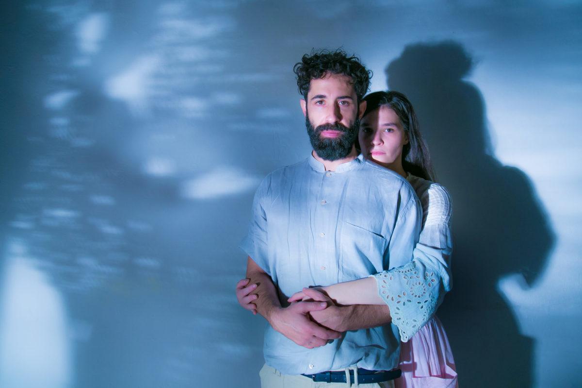 Με έναν μουσικό επί σκηνής, στα λίγα τετραγωνικά του δώματος του θεάτρου, οι δυο ηθοποιοί μάς μεταφέρουν στην Κρήτη του 16ου αιώνα. Η πρώτη αίσθηση εκπλήσσει, αλλά όσο η ώρα προχωρά δε θέλεις να τελειώσει ποτέ αυτή η υπέροχη ιστορία που ξεδιπλώνεται μπροστά στα μάτια σου. Η Πηνελόπη Τσιλίκα και ο Γιώργος Παπανδρέου κατορθώνουν το ακατόρθωτο: απαγγέλουν, σχεδόν απνευστί, ιαμβικούς ενδεκασύλλαβους στίχους και κινούνται στη λιλιπούτεια σκηνή με αέρα κινηματογραφικό | Η Βοσκοπούλα | Τετ-Κυρ @ Θέατρο του Νέου Κόσμου / Neos Kosmos Theatre | Η Ελένη Καραντζή είδε την παράσταση και έγραψε στο ART.harbour