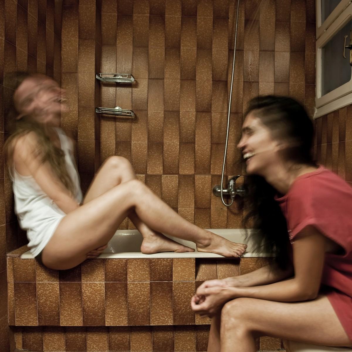 """10 must see παραστάσεις"" από τη Στέλλα Χαραμή στο monopoli.gr | Ο Κωστής Παπαγιώργης είχε γράψει πως η «Λούλα», το μυθιστόρημα του Βαγγέλη Ραπτόπουλου είναι ικανό για «μια γενιά να δείξει τα δόντια της». Αυτή η γενιά των 90s, που χαρίστηκε (σχεδόν εξ ολοκλήρου) στην υποκουλτούρα του life style και της αστραφτερής επιφάνειας καθρεφτίζεται στο πρόσωπο μιας νεαρής φοιτήτριας Φιλοσοφίας που αναζητά μάταια κι εμμονικά την ηδονή στον έρωτα. Η ομάδα των Elephas Tilensis, ο Δημήτρης Αγαρτζίδης και η Δέσποινα Αναστάσογλου – δημιουργοί της «Περσινής αρραβωνιαστικιάς» – καταπιάνονται με την πολυσυζητημένη πολιτική πορνογραφία του 1997 μοιράζοντας τους δυο ρόλους στις Ανθή Ευστρατιάδου και Βίκυ Κατσίκα.   Πηγή:www.monopoli.gr"