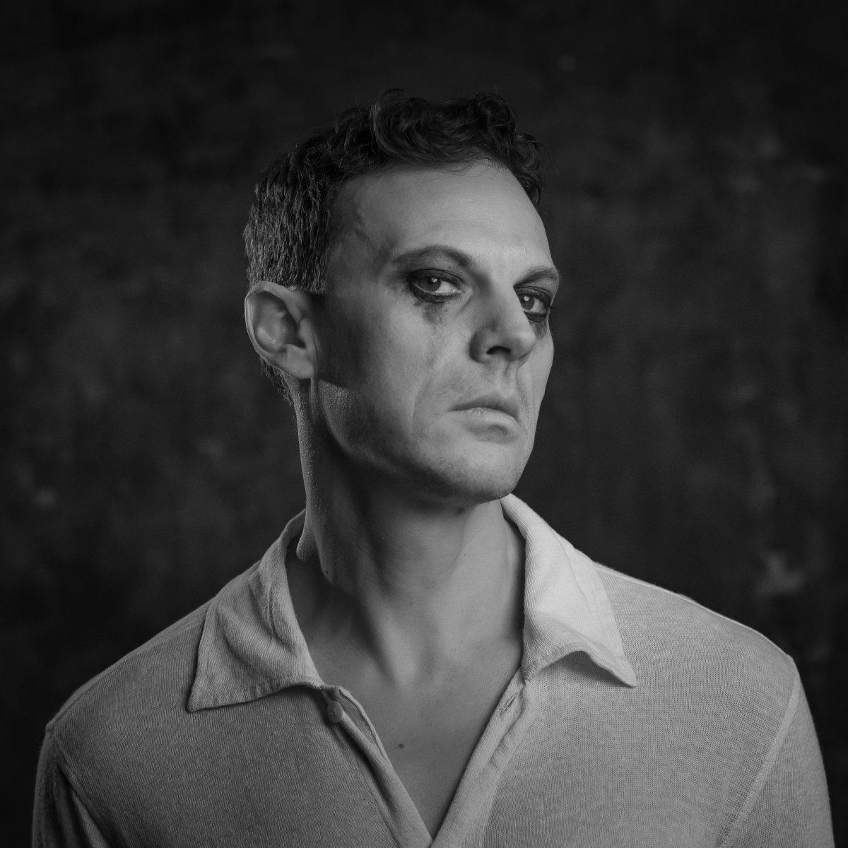 Με αφορμή την παράσταση «ΑΓΑΠΗΣΕ ΜΕ» που κάνει πρεμιέρα αύριο στο BIOS exploring urban culture ο Δημήτρης Αγαρτζίδης μιλάει στη Mania Zousi και στο artplay.gr | Το έργο μιλάει για όλους τους αδύναμους, που είμαστε εν δυνάμει εμείς, για το θέατρο και το παιχνίδι του θεάτρου, για το βάρος και την ελαφρότητα, για τον πόνο και την ανακούφιση, για αυτόν που είναι δίπλα μας και δεν τον προσέχουμε, ενώ κραυγάζει για να μας δείξει ότι είναι εκεί.