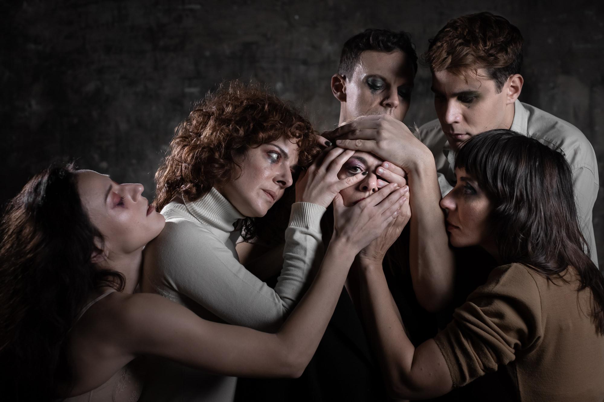 Αγάπησέ με |  Οι ήρωες αποφάσισαν να πάρουν τα ηνία στα χέρια τους, να αποκαλύψουν τα πάντα αποκλειστικά στην Athens Voice (official) και να συστηθούν χωρίς περιστροφές, χωρίς προσωπεία, χωρίς περιορισμούς. Μια αφοπλιστική συνέντευξη χωρίς λογοκρισία. | https://www.viva.gr/tickets/theatre/bios/agapise-me/ | BIOS exploring urban culture
